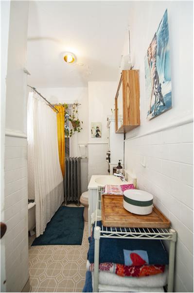 10 Thomas Avenue Apartment Bathroom