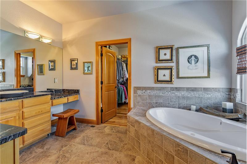 Jetted 6-foot tub has shampoo hose