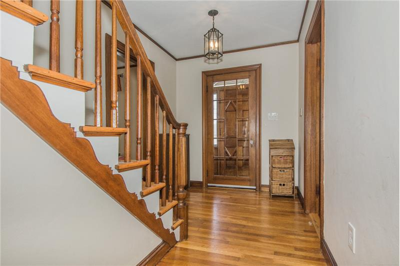 134 Newton Ave N - Foyer - Stairwell