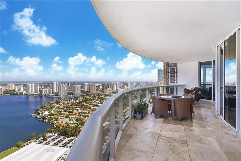 Massive terrace space with beautiful NW views towards Aventura. There is a Pet-friendly entry/exit door included.