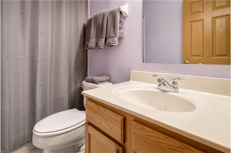 Full hall bathroom with single vanity and a tub/shower combination!