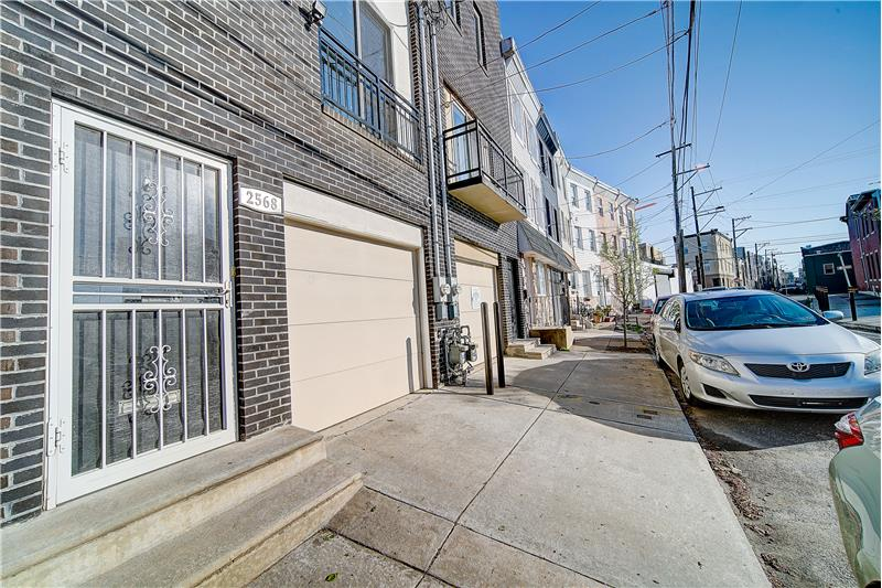 2568 Collins Street Exterior Front