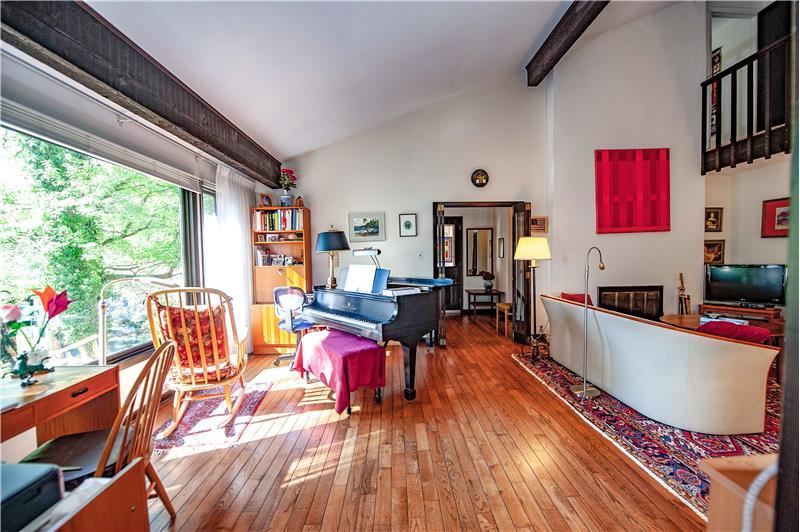 504 Meadowbrook Circle Living Room
