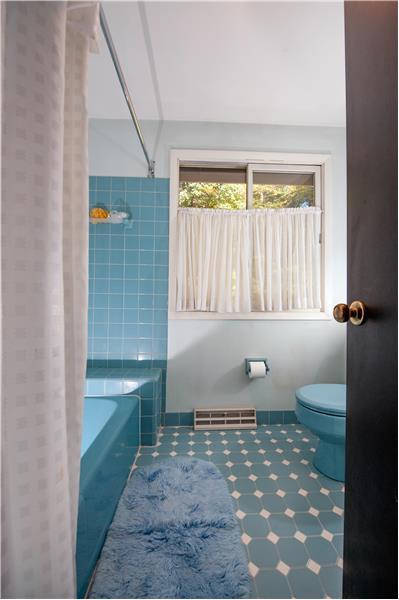 504 Meadowbrook Circle Shared Hall Bathroom