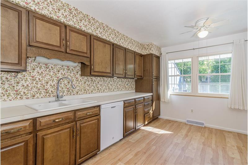 Kitchen has 6'x8' eating area.