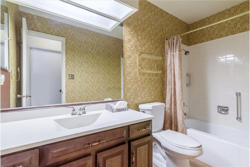 Full bathroom serves two guest bedrooms