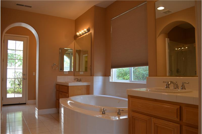 Master Bath.  Dual sinks and jetted Soaking tub