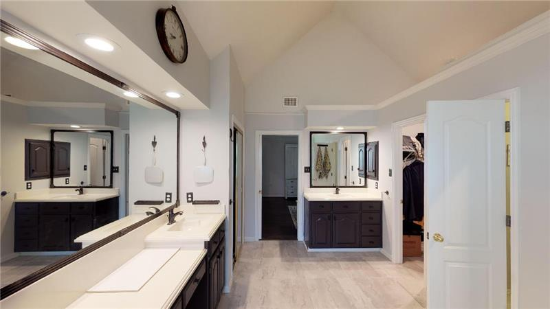 Nicely appointed master bath