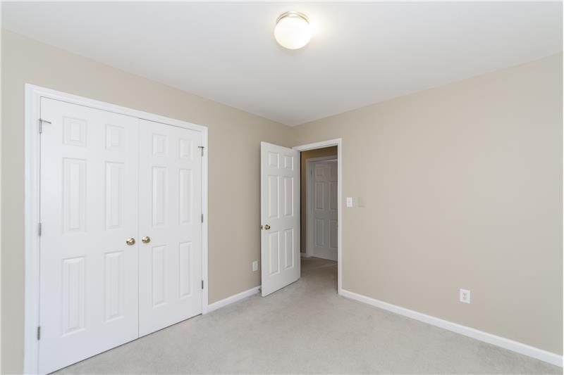 Another large bedroom (2)