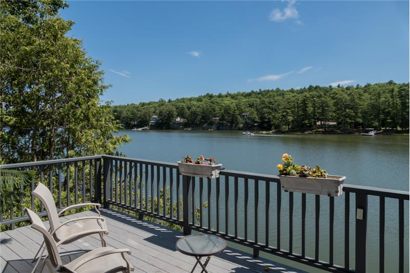Welcome to stunning 39 Shore Road in Brunswick!