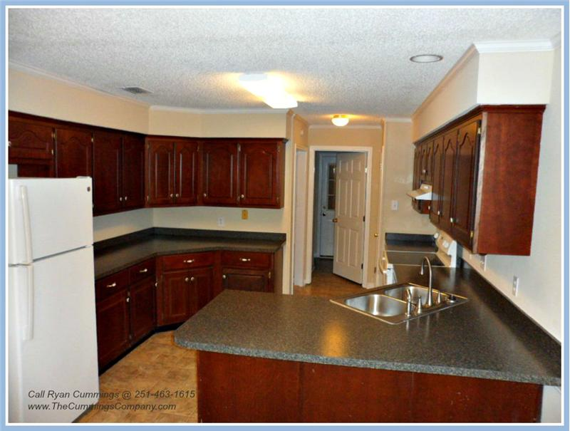 1216 Hillcrest Xing W, Mobile, AL 36695 Kitchen and Breakfast Bar