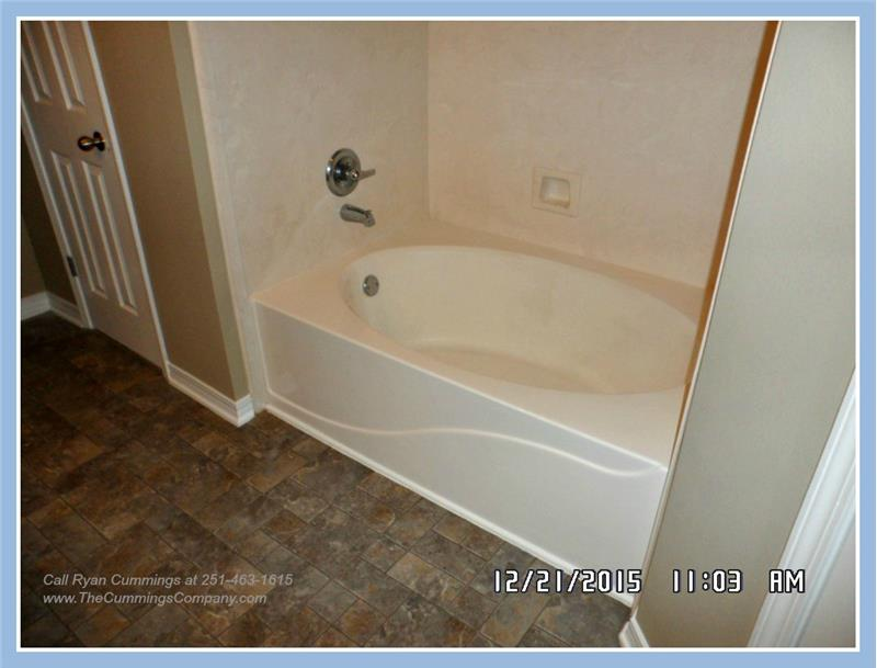 Garden Tub at 9661 Misty Leaf Dr, Mobile, AL 36695